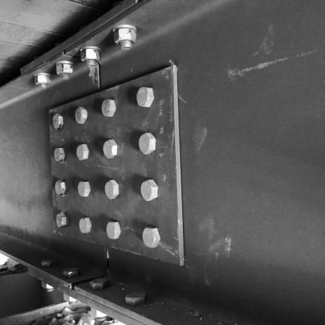 Un exemple de connexion contre le moment dans une poutre en acier. A moment-resisting connection-splice in a steel beam.