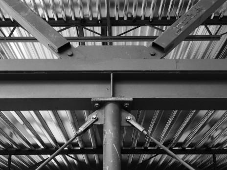 Détail de contreventement pour un bâtiment industriel. Bracing connection detail for an industrial building.