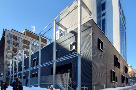Pavillon Place du Savoir, Concordia. Bâtiment modulaire en bois sur pilotis. Modular construction.